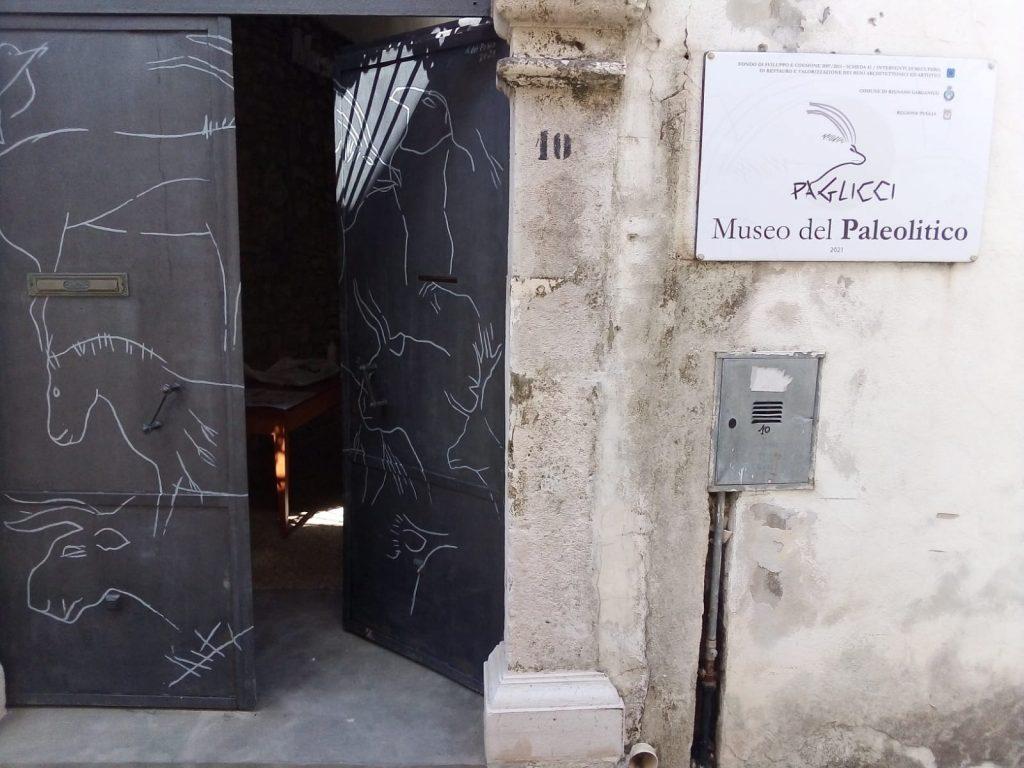 L'ingresso del Museo con la riproduzione dei graffiti paleolitici rinvenuti a Grotta Paglicci.